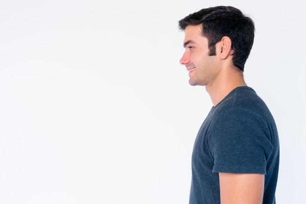 Zbliżenie młody przystojny mężczyzna perski na białym tle