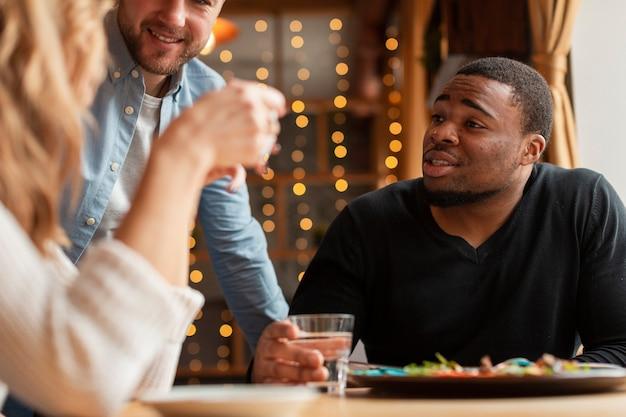 Zbliżenie młodych przyjaciół w restauracji