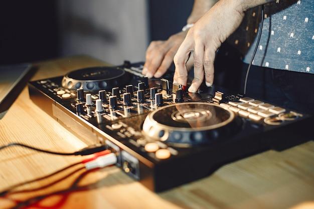 Zbliżenie młodych rąk dj kręci się na gramofonie.