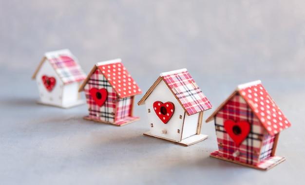 Zbliżenie modeli domów. koncepcja budowy domów, osiedli mieszkaniowych, wyboru własnego domu, hipoteki, kupna i sprzedaży osiedla, wynajmu, ubezpieczenia i inwestycji.