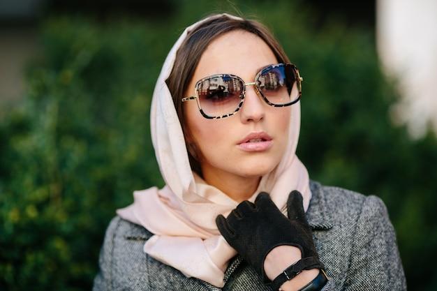 Zbliżenie modnej kobiety