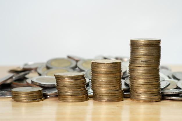 Zbliżenie moneta na stół z drewna