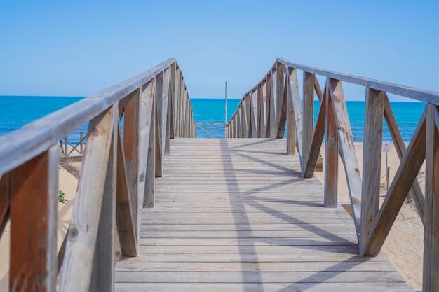 Zbliżenie mostu na plaży