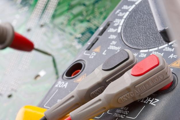Zbliżenie multimetru cyfrowego na obwodzie elektronicznym
