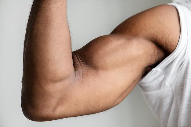 Zbliżenie muskularnej ręki czarnej osoby