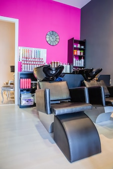 Zbliżenie mycia siedziska głowy wewnątrz pustego nowoczesnego salonu fryzjerskiego i kosmetycznego
