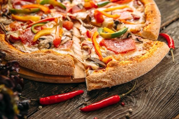Zbliżenie na apetycznej włoskiej pizzy capricciosa