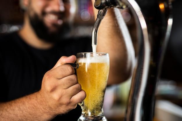 Zbliżenie na barmana tworzącego pyszny napój