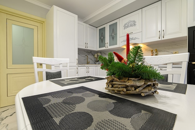 Zbliżenie na białe przytulne nowoczesne klasyczne wnętrze kuchni z drewnianymi meblami i urządzeniami, urządzone na boże narodzenie