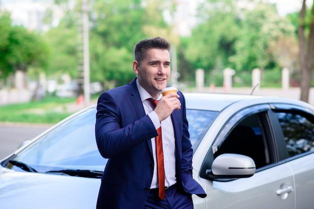Zbliżenie na biznesmena picia kawy w samochodzie