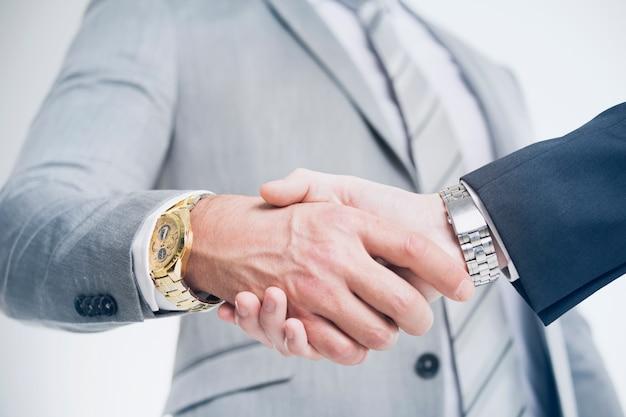 Zbliżenie na biznesową rękę wstrząsnąć między dwoma kolegami