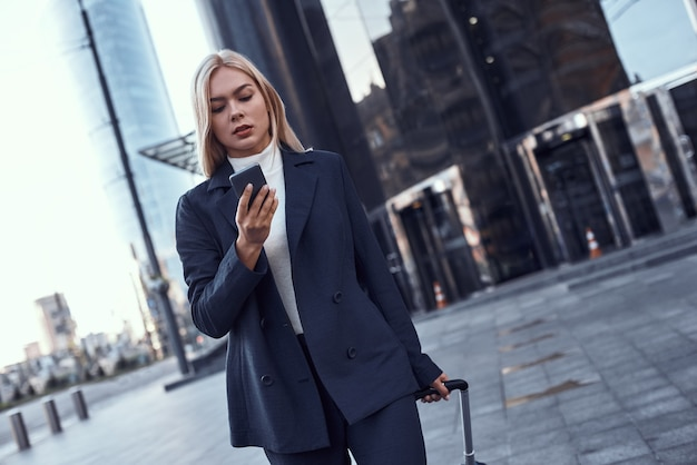 Zbliżenie na bizneswoman z telefonem na ulicy