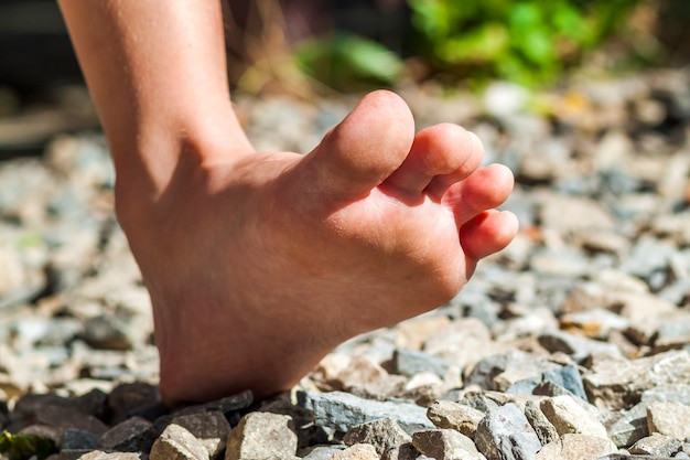 Zbliżenie na boso chodzenie po kamieniach, aktywność na zewnątrz