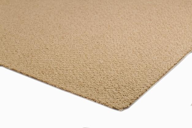 Zbliżenie na brązowy dywan tekstury na białym tle