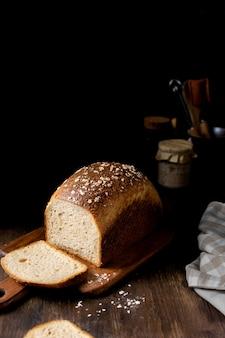 Zbliżenie na chleb pełnoziarnisty domowej roboty na zakwasie
