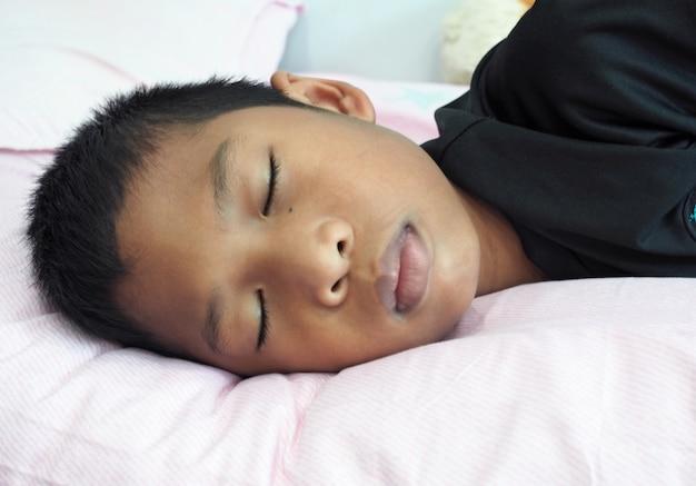 Zbliżenie na chłopca śpiącego na łóżku
