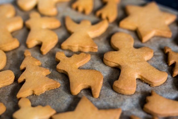 Zbliżenie na ciasteczka lub pierniki na papierze do pieczenia