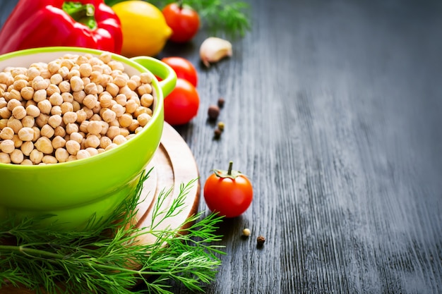 Zbliżenie na ciecierzycę i kolorowe warzywa
