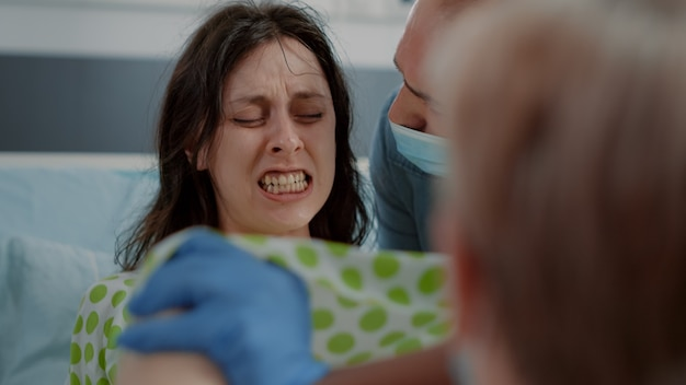 Zbliżenie na ciężarną kobietę pchającą i krzyczącą