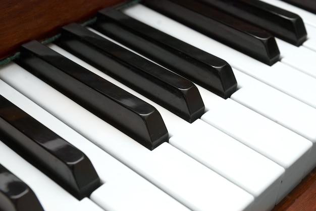 Zbliżenie na czarno-białe klawisze fortepianu