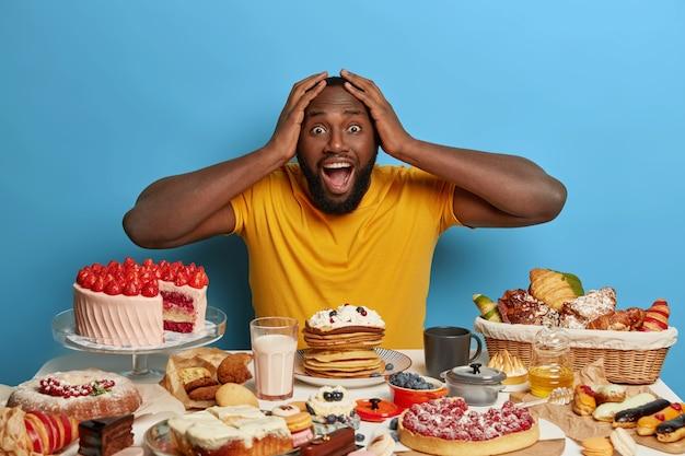 Zbliżenie na człowieka, który ma pełnowartościowy słodki posiłek