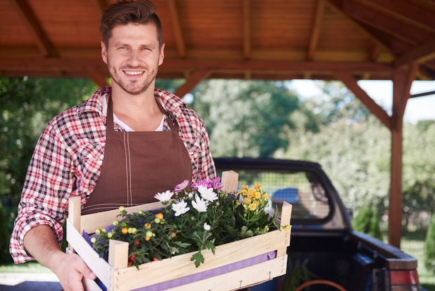 Zbliżenie na człowieka sprzedającego plony ze swojego ogrodu
