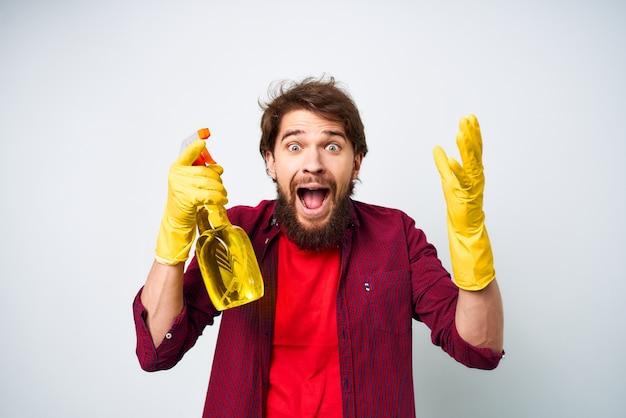 Zbliżenie na człowieka z czystszych gumowych rękawic serwisowych detergentu