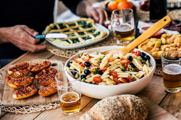 Zbliżenie na dania pełne jedzenia na obiad?