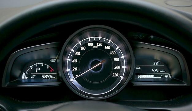 Zbliżenie na deskę rozdzielczą samochodu i licznik kilometrów.