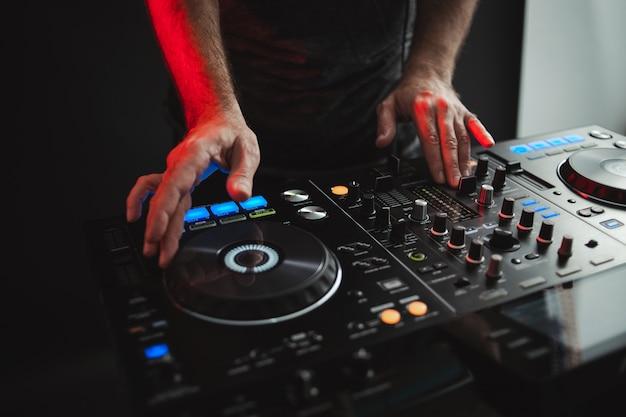 Zbliżenie na dj pracujący w studio