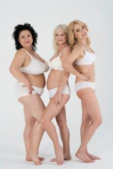 Zbliżenie na dojrzałe kobiety w bieliźnie