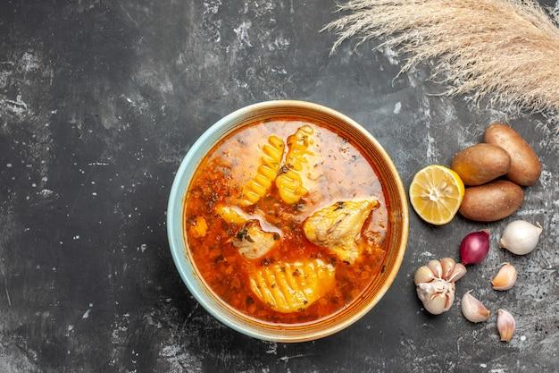Zbliżenie na domową zupę z kurczakiem i zestawem przypraw