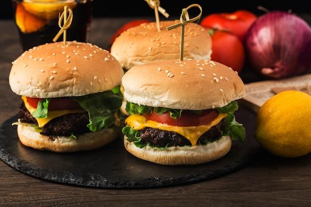 Zbliżenie na domowe pyszne hamburgery wołowe na drewnianym stole.