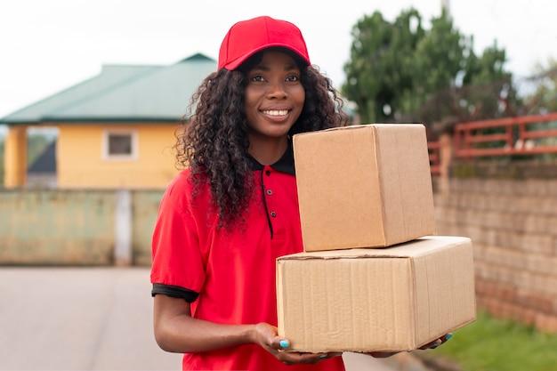 Zbliżenie na dostawcę z paczkami