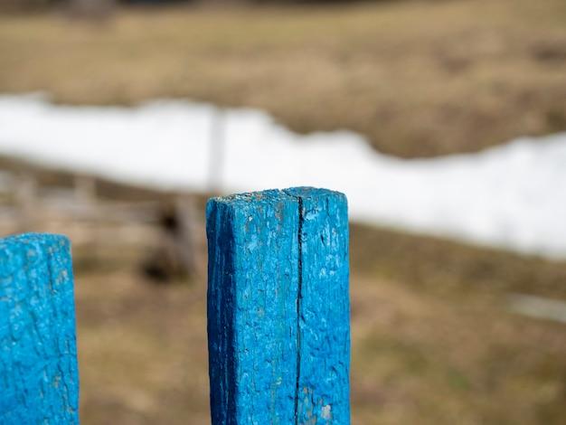 Zbliżenie na drewnianą bramę pomalowaną niebieską farbą. niewyraźne tło. abstrakcja