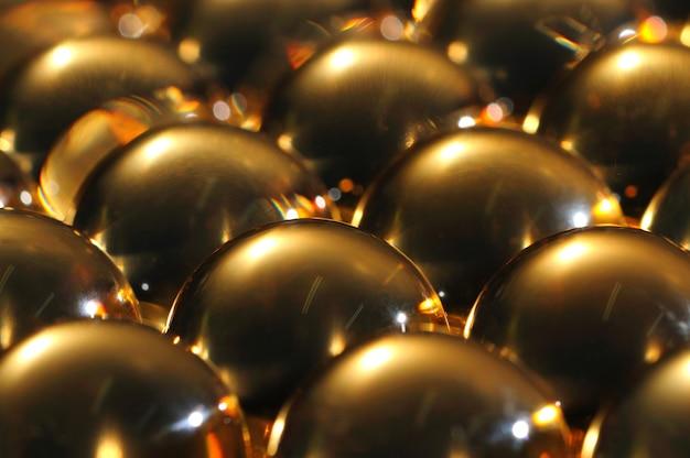 Zbliżenie na duże złote błyszczące żelazne kule leżą obok siebie