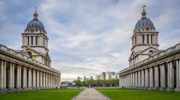 Zbliżenie na dwie kopulaste wieże old royal naval college w greenwich w londynie