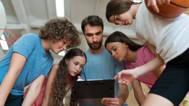 Zbliżenie na dyskusję uczniów i nauczycieli