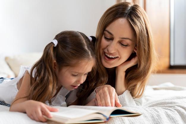 Zbliżenie na dziecko spędzające czas z mamą