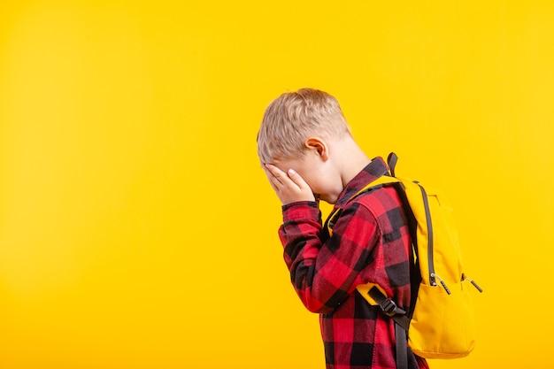 Zbliżenie na dziecko zasłaniające oczy strachem