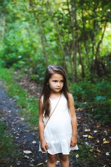 Zbliżenie na dziewczynę w białej sukni