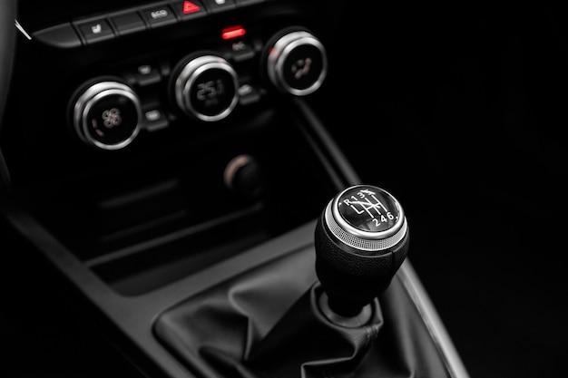 Zbliżenie na dźwignię automatycznej skrzyni biegów. samochód wewnętrzny, drążek zmiany biegów automatycznej skrzyni biegów