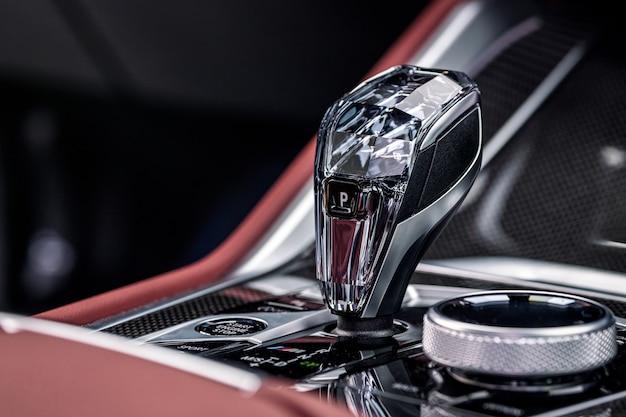 Zbliżenie na dźwignię automatycznej skrzyni biegów. wnętrze samochodu, dźwignia zmiany biegów automatycznej skrzyni biegów;