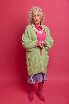 Zbliżenie na elegancką starszą kobietę na sobie stylowe ubrania na białym tle