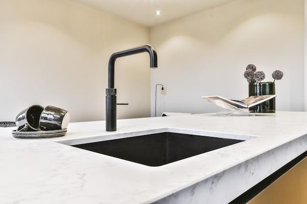 Zbliżenie na elegancki zlew w luksusowej kuchni