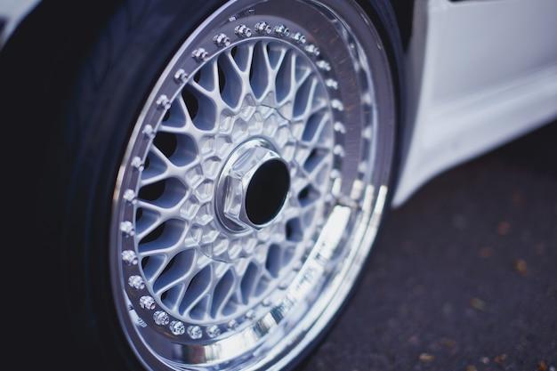 Zbliżenie na felgi aluminiowe felgi samochodowe koła sportowe