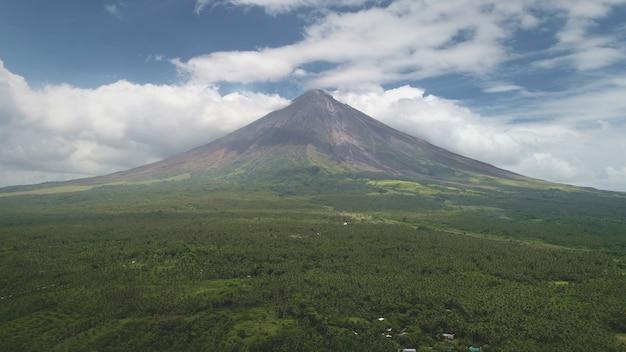 Zbliżenie na filipinach erupcja mgły wulkanu antena