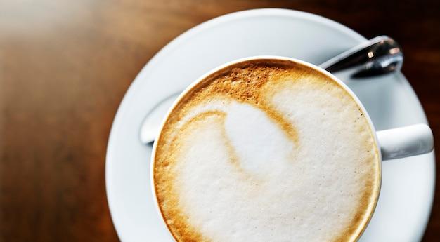 Zbliżenie na filiżankę gorącej kawy