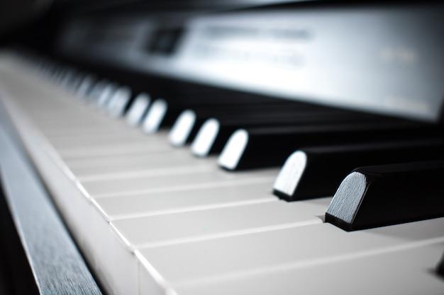 Zbliżenie na fortepian i klawiaturę fortepianu.