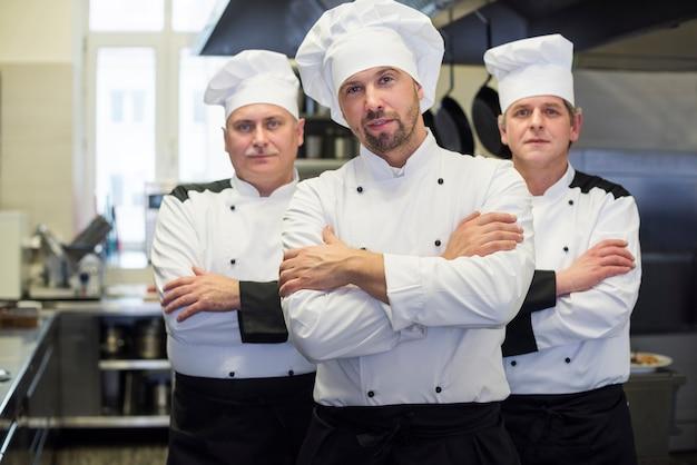 Zbliżenie na gotowanie szefa kuchni w kuchni restauracji